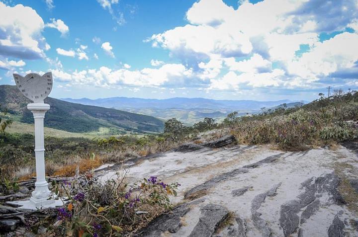 Na paisagem o parque ambiental e um vilarejo a 1600 metros de altura, repleto de cachoeiras e grutas.